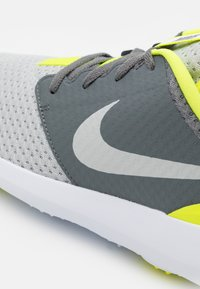 Nike Golf - ROSHE G - Golfové boty - smoke grey/grey fog/white/lemon - 5