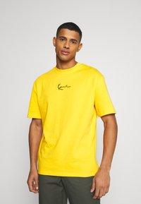 Karl Kani - SMALL SIGNATURE TEE UNISEX - Print T-shirt - yellow - 0