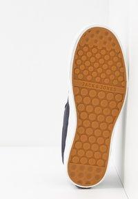 Jack & Jones - JFWBARTON - Sneakersy niskie - navy blazer - 4