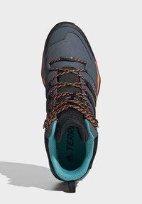 adidas Performance - TERREX SWIFT R2 MID GORE-TEX HIKING SHOES - Hiking shoes - green - 2