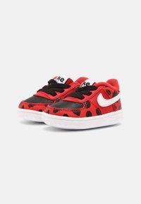 Nike Sportswear - FORCE 1 CRIB - Babyschoenen - red/white/black - 1