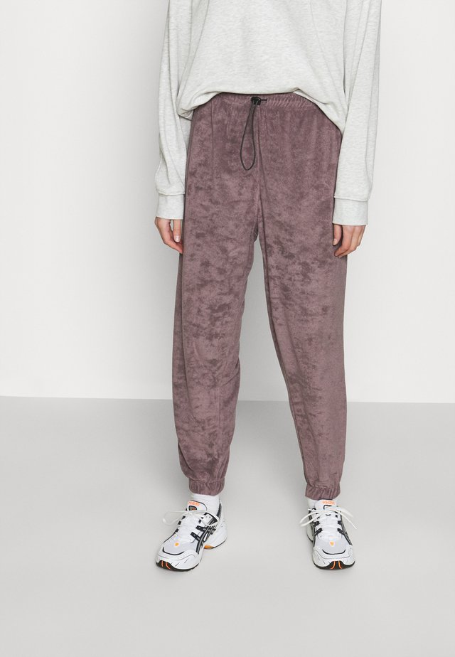 LEXIE TOWELLING - Pantaloni sportivi - plum