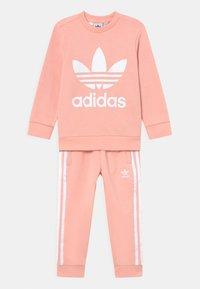 adidas Originals - CREW SET UNISEX - Verryttelypuku - haze coral/white - 0