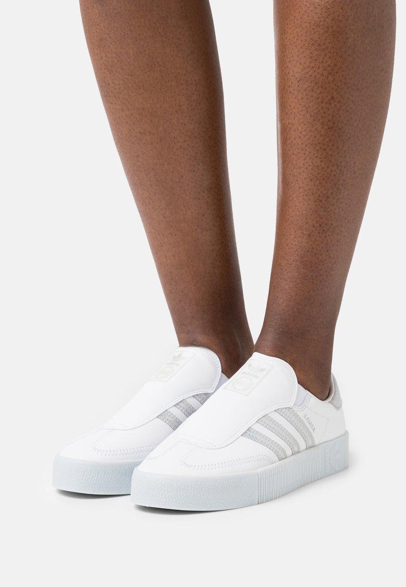 adidas Originals - SAMBAROSE EAZY - Joggesko - footwear white/halo blue