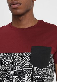 Pier One - T-shirt con stampa - bordeaux - 4