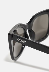 QUAY AUSTRALIA - HARPER - Occhiali da sole - shiny black/smoke - 3