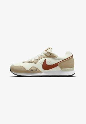 VENTURE RUNNER - Sneakers basse - coconut milk/sesame/black/rugged orange