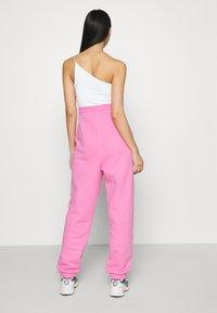Tommy Jeans - RELAXED BADGE - Pantalon de survêtement - pink daisy - 2