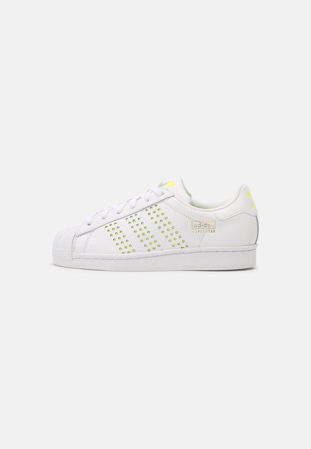 SUPERSTAR UNISEX - Sneakers basse - white/solar yellow/gold metallic