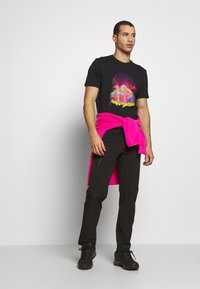 The North Face - MENS GRAPHIC TEE - T-shirt z nadrukiem - black/lemon - 1
