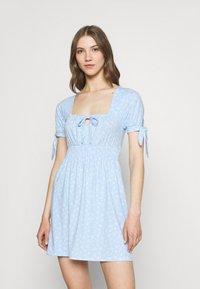 NA-KD - PAMELA REIF X ZALANDO RUCHED DETAIL MINI DRESS - Žerzejové šaty - dusty blue - 0