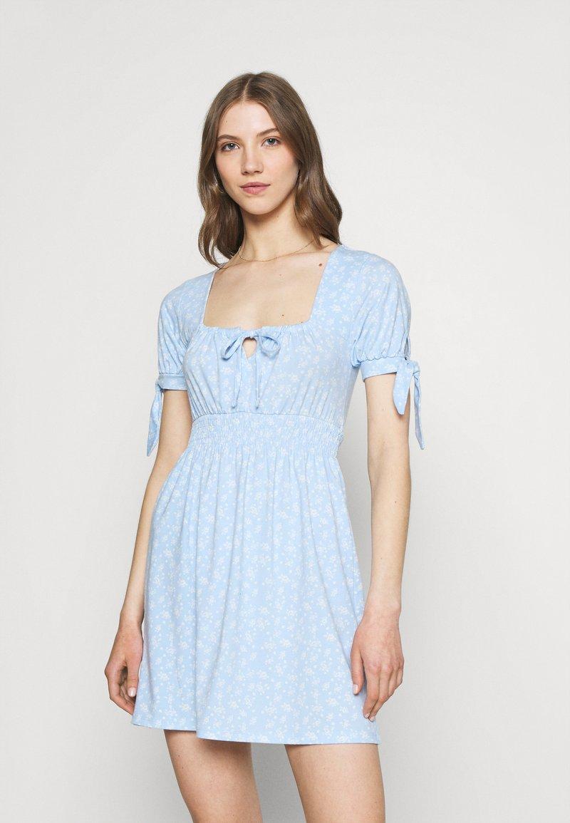 NA-KD - PAMELA REIF X ZALANDO RUCHED DETAIL MINI DRESS - Žerzejové šaty - dusty blue