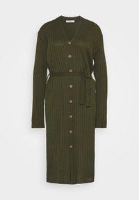 Glamorous Tall - BUTTON THROUGH DRESS WITH LOW V NECK TIE BELT AND LONG SLEEVES - Sukienka dzianinowa - khaki - 0