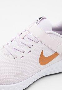 Nike Performance - REVOLUTION 5 FLYEASE - Obuwie do biegania treningowe - light violet/metallic copper/light arctic pink/black - 5