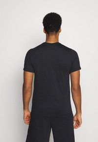 Nike Performance - TEE ATHLETE - T-shirt med print - black/team orange - 2