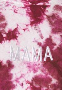 Missguided Maternity - MAMA TIE DYE - Mikina - raspberry - 2