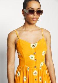 Mavi - BUTTON DRESS - Kjole - yellow spaced - 3