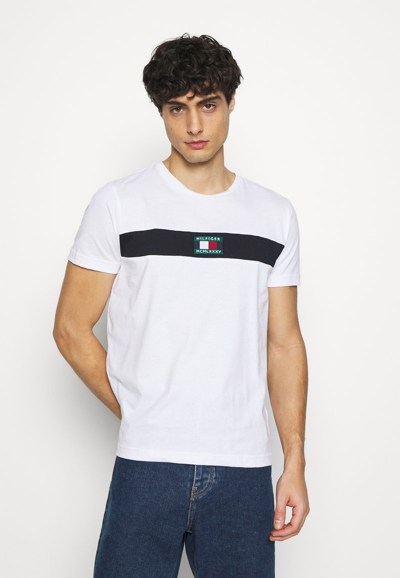 Tommy Hilfiger - NEW SMALL LOGO TEE - T-shirt con stampa - white