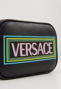 Versace - BORSA C/TRACOLLA E PATCH - Across body bag - nero