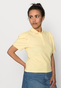 ONLY Petite - ONLJANET LIFE SHORT POLO TOP - T-shirt con stampa - sunshine - 4
