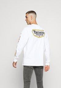 Tommy Jeans - LONGSLEEVE RETRO LOGO TEE - Long sleeved top - white - 0