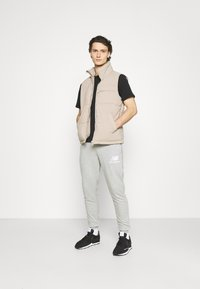 New Balance - ESSENTIAL STACK LOGO  - Tracksuit bottoms - athletic grey - 1