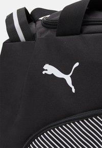 Puma - FUNDAMENTALS SPORTS BAG M UNISEX - Sportovní taška - black - 4