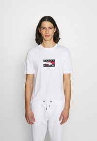 Tommy Hilfiger - ONE PLANET TEE UNISEX - Print T-shirt - white - 0
