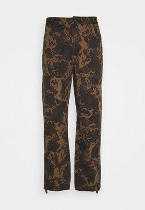 HAMISH TROUSERS - Pantalones cargo - khaki