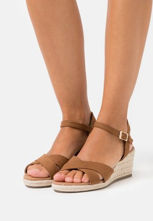 WIDE FIT YABBY CROSS VAMP LOW WEDGE - Espadrillot - tan