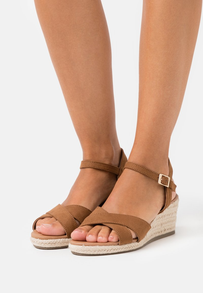 New Look Wide Fit - WIDE FIT YABBY CROSS VAMP LOW WEDGE - Espadrilles - tan