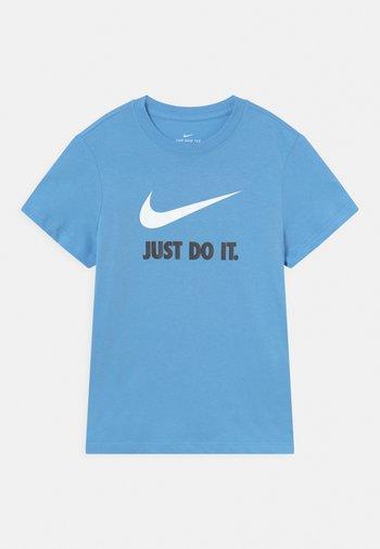 PLUS TEE NEW - Print T-shirt - university blue/white