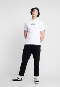 Vans - CHECKERBOARD ROOM - Print T-shirt - white - 1