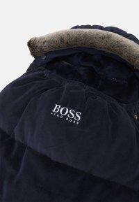 BOSS Kidswear - BABY SLEEPING BAG UNISEX - Dětský spací pytel - navy - 3