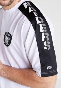 New Era - NFL OAKLAND RAIDERS OVERSIZED SHOULDER PRINT TEE - T-shirt med print - black - 3