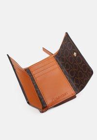 Calvin Klein - TRIFOLD - Wallet - cognac - 2