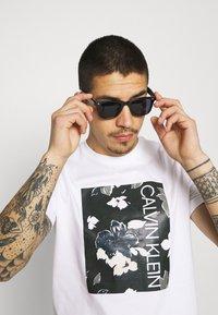 Calvin Klein - FLOWER BOX PRINT - Printtipaita - white - 3