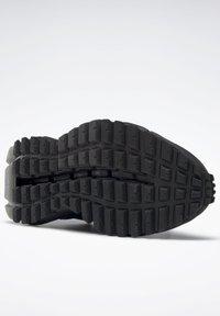 Reebok Classic - ZIG KINETICA EDGE SHOES - Trainers - black - 6