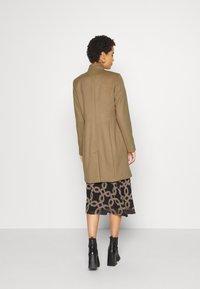 comma - LANGARM - Zimní kabát - camel - 2