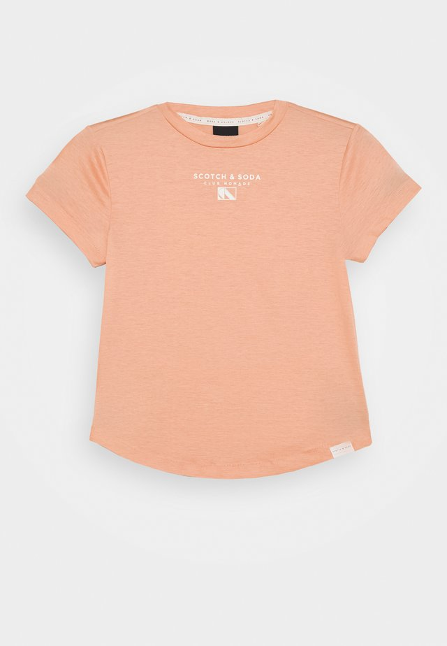 CLUB NOMADE BASIC TEE WITH SMALL CHEST ARTWORK - T-shirt imprimé - coral rock
