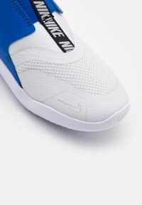 Nike Performance - FLEX RUNNER UNISEX - Zapatillas de running neutras - photon dust/metallic silver/game royal/black - 5