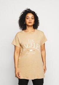New Look Curves - LOS ANGELES - Print T-shirt - camel - 0