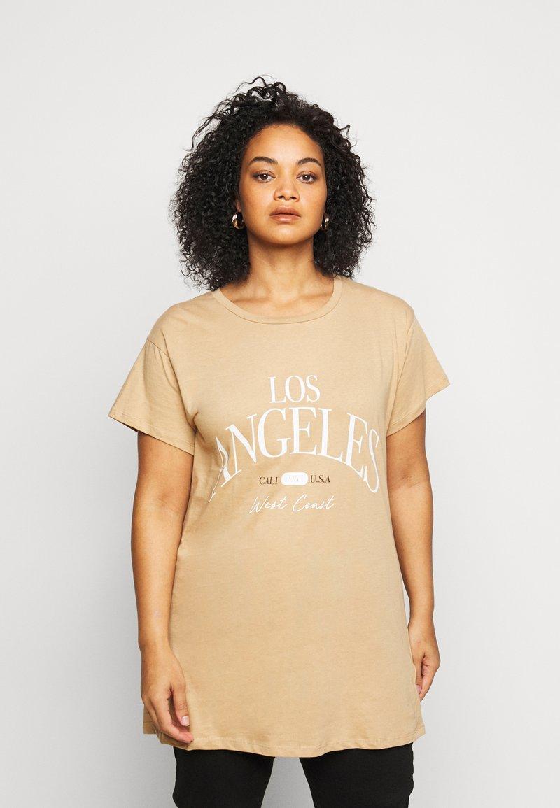 New Look Curves - LOS ANGELES - Print T-shirt - camel