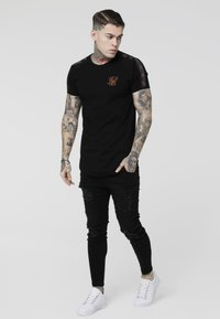 SIKSILK - TAPE GYM TEE - Camiseta estampada - black/rose gold - 1
