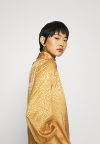 Closet - CLOSET HIGH NECK BLOUSE - Blouse - gold - 3