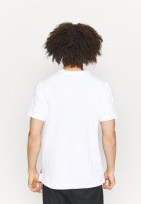Nike Performance - FC TEE SEASONAL GRAPHIC - T-shirt med print - white - 2