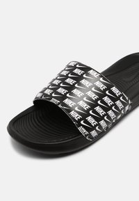 Nike Sportswear - VICTORI ONE SLIDE PRINT - Matalakantaiset pistokkaat - black/white - 6