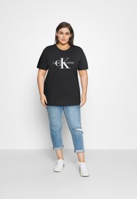 Calvin Klein Jeans Plus - MONOGRAM LOGO REG FIT TEE - Print T-shirt - black - 1