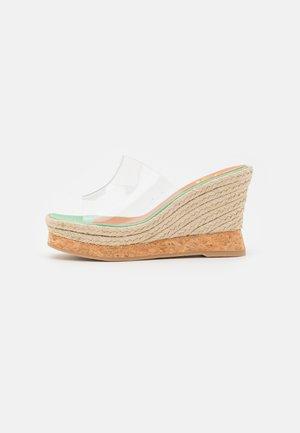 CALU - Pantofle na podpatku - beige/transparent