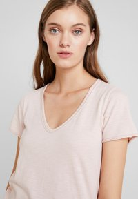 Abercrombie & Fitch - SOFT TEE - Basic T-shirt - pink - 5